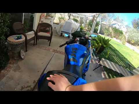 Kupiti das Motorrad ditjatschi auf das Benzin