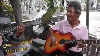 Kakek Bersuara Emas, Yang Juga Jago Main Gitar