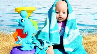Die Baby Born Puppe spielt am Strand. Video für Kleinkinder. Spielspaß.