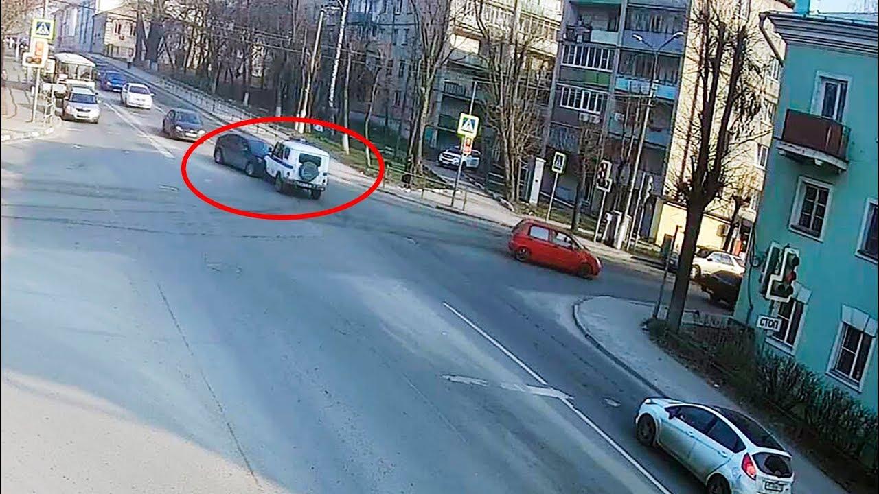 """Полицейский """"УАЗ"""" с включенной мигалкой не проскочил перекрёсток в Серпухове"""