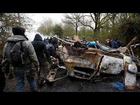 Γαλλία: Συνεχίζονται οι συμπλοκές μεταξύ αστυνομικών και καταληψιών…