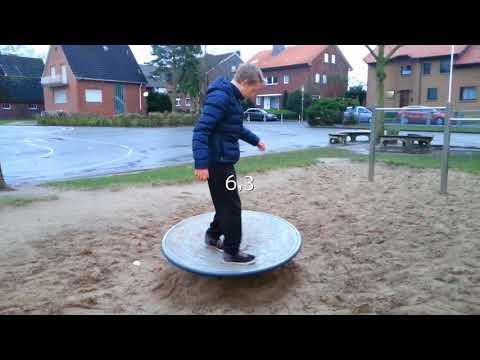 Wer kann länger auf dem Kreisel rennen? Jan vs Maxi