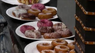 preview picture of video 'London Street Food. Crepes and Donuts Hand Made. Camden Town. Camden Market'