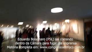 Eduardo Bolsonaro é flagrado correndo na Câmara para fugir da imprensa