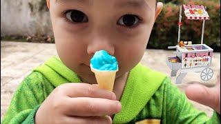 Juego de simulación con carrito de comida | Niño vendiendo pequeños helados | Johny Johny si Papa