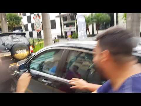 Andrés Sanchez sai do Parque São Jorge escondido