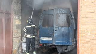В Николаеве горел гараж вместе с автомобилем: пожарные успели спасти дом