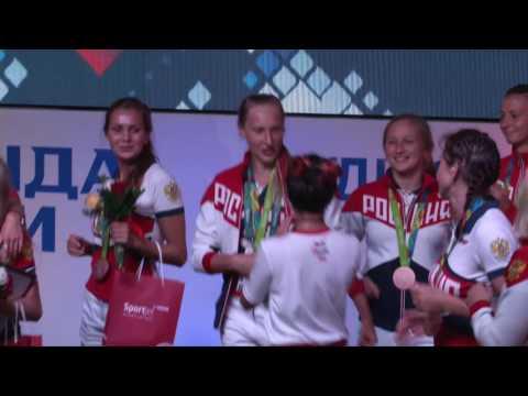 Певица Нюша поздравляет сборную по синхронному плаванию и водному поло