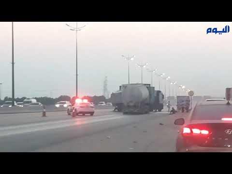 تصادم بين 3 شاحنات يغلق طريق أبوحدرية