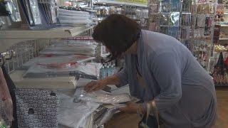 東京五輪グッズの販売開始都庁の売店に列