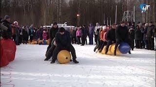 Новгородские полицейские посоревновались в метании валенок и гонках на надувных бананах