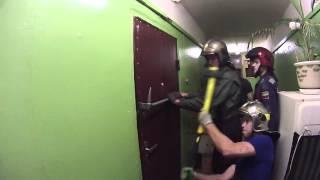 Вскрытие хулиганом металлической двери - ЧАСТЬ 2