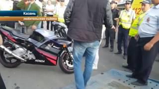 Видео драки байкеров с полицейскими в Казани