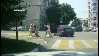 Драка трех женщин на дороге