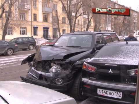 В Самаре Nissan Patrol снес столб и протаранил два автомобиля (видео)