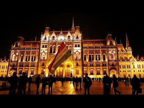 العرب اليوم - شاهد: آلاف المجريين يشاركون في احتجاج ضد قانون العمل الجديد