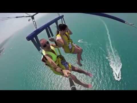 В Сочи трос парашюта оборвался и люди упали в море
