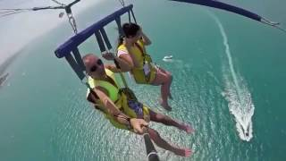 Туристы упали в море при катании на парашюте за катером. Оборвался трос, тянувший парашют.