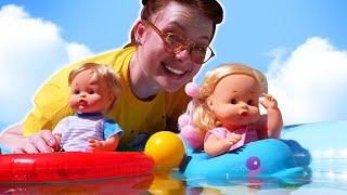 Spielspaß mit Nenuco Puppen. Die Zwillinge im Planschbecken. Puppen Video für Kinder mit Irene