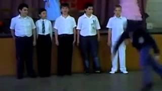 Смотреть онлайн Школьник неудачно закончил свой танец