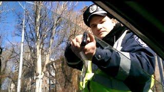 Смотреть онлайн ГАИшники пошли на крайние меры в разговоре с водителем