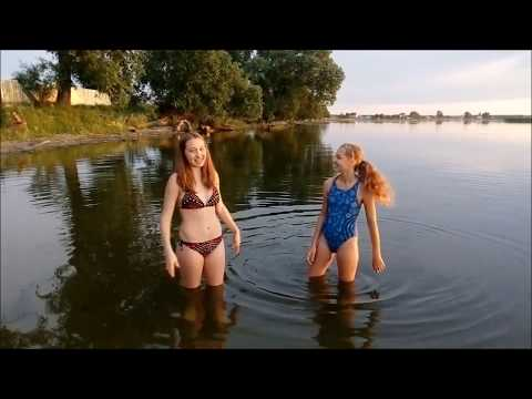 Девушка купается в реке видео Идет!