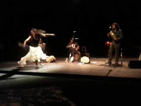 Aurelia danse la pizzica accompagnée du groupe telamure