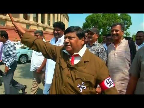 Demonstration im Hitler-Kostüm vor Indiens Parlament