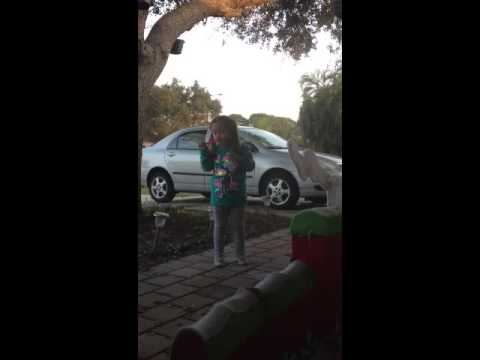 Ver vídeo Down Syndrome girl doing bubbles