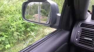 Следите за дверями автомобиля при движении задним ходом.
