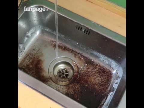 Mette il fondo del caffè nel lavello: il rimedio utile da provare