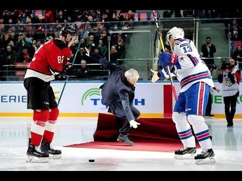 Жозе Моуриньо  упал на лед перед хоккейным матчем