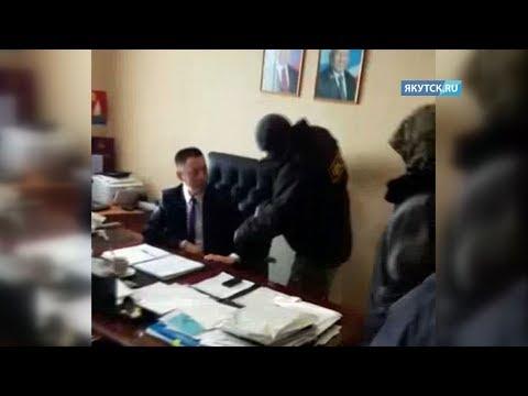 Опубликовано видео задержания главы Усть-Майского района