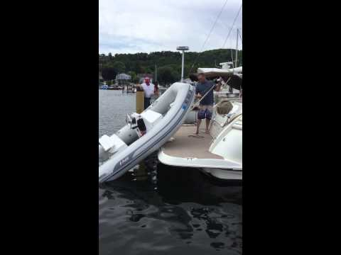 Cruisers Yachts 520 Expressvideo