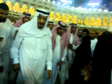 الأمير سلمان يطوف بالكعبة وسط المعتمرين والطائفين