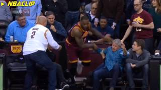 Смотреть онлайн Баскетболист падает во время игры прямо на девушку