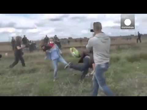 هكذا تركل مصورة مجرية اللاجئين