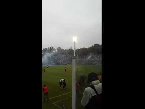 """""""El recibimiento de los hinchas a Gimnasia en el Bosque"""" Barra: La Banda de Fierro 22 • Club: Gimnasia y Esgrima"""