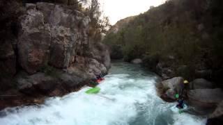 preview picture of video 'Kayak en Montanejos, estrecho de Chillapájaros - julio/2012'