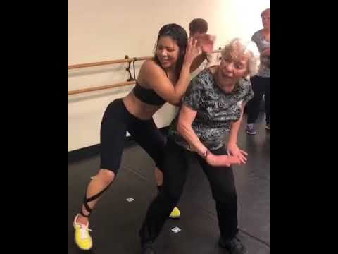 אישה מבוגרת בתצוגת ריקוד זומבה מרשימה במיוחד