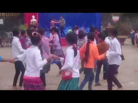 Giáo viên học sinh cùng nhảy aerobic nhân ngày nhà giáo Việt Nam tại trường TH Lầu Thí Ngài huyện Bắc Hà