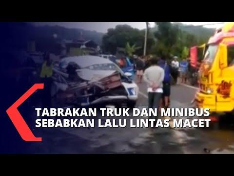 diduga kehilangan kendali tabrakan antara minibus dan truk tak terhindarkan