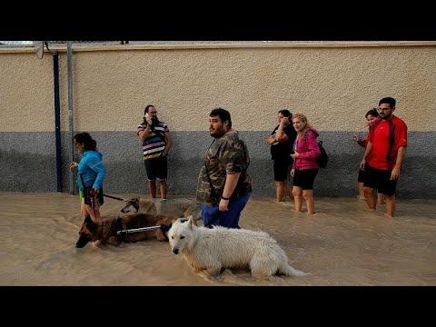 العرب اليوم - شاهد: إنقاذ رضيع وحدوث أضرار مادية جراء الفيضانات جنوب شرق إسبانيا
