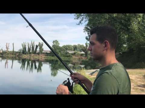 Triglia che pesca dalla barca