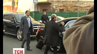 Кернес у кросівках з супроводом кортежу з'явився на допит у прокуратуру