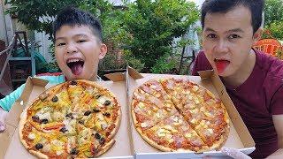 """Trò Chơi Bé Thích Pizza ❤ ChiChi TV ❤ Đồ Chơi Trẻ Em Kids Fun  Video mới hôm nay a hiếu tập làm bánh pizza mà thất bại, nên bạn kiệt đã mua 2 bánh pizza đãi cho a hiếu ăn. Cùng xem mùi vị bánh pizza khổng lồ này ra sau nhé.  ❤ ChiChi TV ❤ KÊNH GIẢI TRÍ GIÀNH CHO TRẺ EM VUI NHỘN ✫Các bạn nhớ ĐĂNG KÝ (SUBSCRIBLE) theo dõi kênh """"ChiChi TV Siêu Nhân"""" của Bé kent và Bé Pin để xem nhìu video mới nhé! Trân trọng cám ơn! ✫Và đừng quên Like, Bình luận (Comment), Chia sẽ (Share) video với mọi người! ✫Mọng đóng góp ý kiến của các bạn giúp cho những video sau hay hơn và thú vị hơn. ✫Cảm ơn & Yêu quí các bạn rất nhiêu  ♥♥  ✫ ChiChi TV Youtube Chanel Thank You For Watching :)  ĐĂNG KÝ KÊNH: http://www.youtube.com/c/ChiChiTVSiêuNhân  ♫ Google (+): https://goo.gl/CB6Hxn  ♦ Music:  Music by Kevin MacLeod  bensound.com And epidemicsound   © Bản quyền thuộc về ChiChi TV © Copyright by ChiChi TV Youtube"""