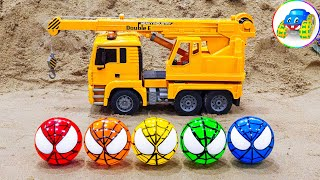 Spider-Man plays soccer with dump truck, crane truck - Learn to play, play and learn