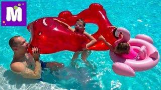 ВЛОГ Гигантский желейный медведь в бассейне Акула укусила Макса за попу POO in the POOL & Gummy Bear