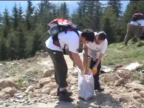 Sute de saci umpluti cu gunoi