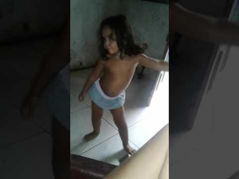 Menina dançando muito bem